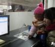 来自灵宝的妈妈带着宝宝来买票