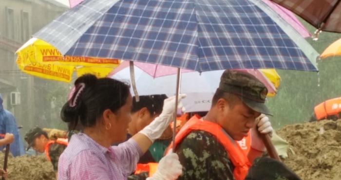 雨中情 一把伞一碗饭的温暖