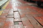 道板变成免费停车场 破损松动谁维护?