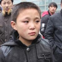没买到车票的十岁男孩哭了