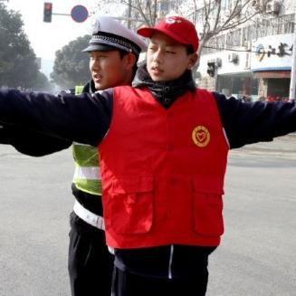 志愿者学习交通指挥