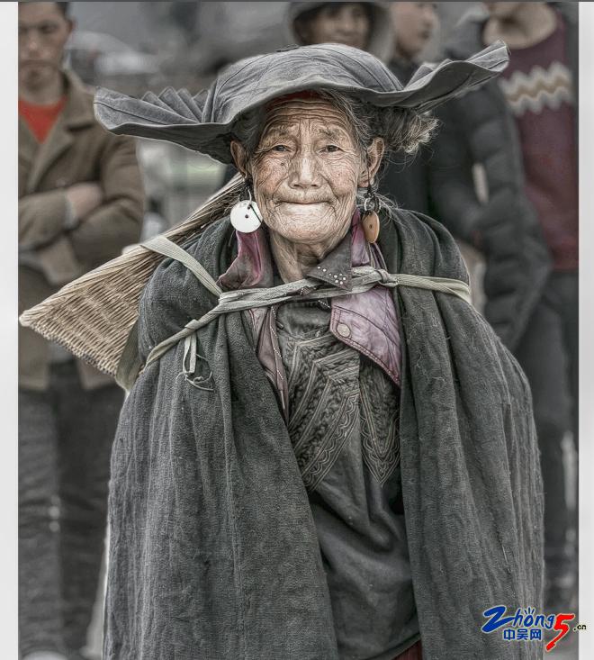 《头戴荷叶帽的彝族老太》 姚向明.png