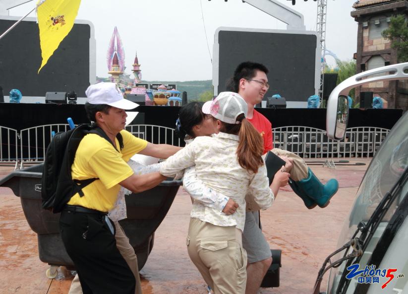 紧急抢救(常州恐龙园的环卫女工突然中暑,中外游客紧急抢救——黄衣服是印尼游客) .jpg