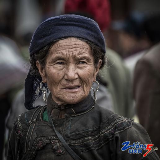 《朴素的彝族妇女》 何彦力.JPG