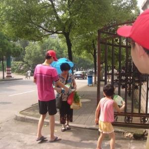 小红帽站岗日记:她们6个女人,从窗口到路口