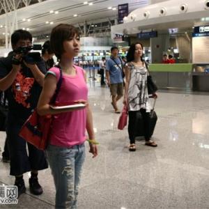 洪辰载誉而归常州省亲 机场小粉丝认出追要签名