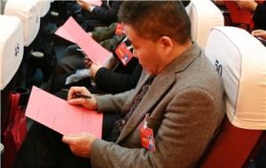 政协委员填写选票