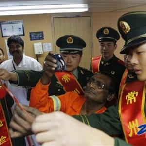 常州边检站组织官兵与外籍船员共庆元宵