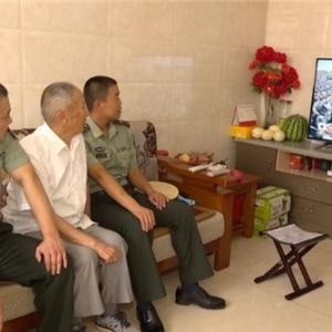 老军人观看阅兵直播 点赞祖国国防现代化
