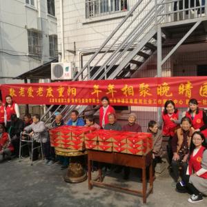 青年志愿者重阳节前夕走进敬老院为老人送温暖