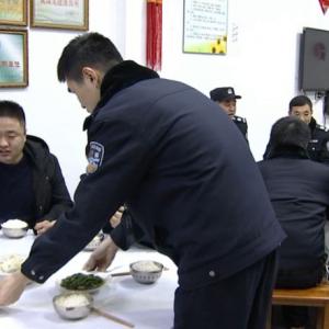 【网络媒体走转改】派出所的团圆饭