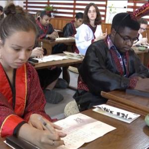 学书法做刻纸 境外友人体验中国传统文化