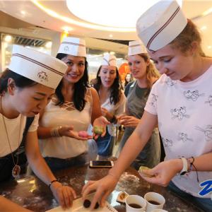 境外友人动手做月饼 体验食美常州魅力