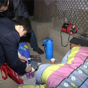 【暖新闻】救助站寒冬送温暖 让冬夜不再寒冷