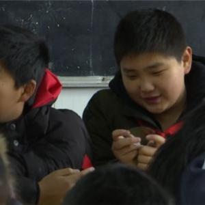 【暖新闻】放学路上捡到驾照 10岁小学生冒雨找到失主