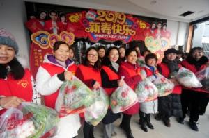 """【暖新闻】3年来,这群志愿者风雨无阻做一件事:""""您吃的菜,我们都包了"""""""