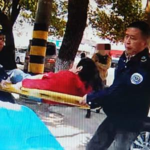 八旬老人不慎摔伤左腿骨折 警民联手送医院救治