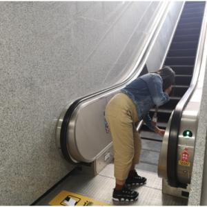 """地铁站里的""""班主任"""":今天你微笑了吗?"""