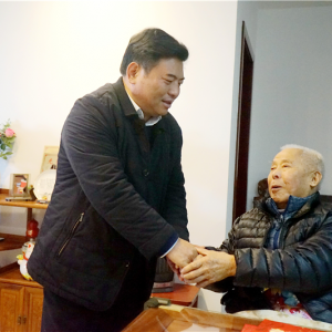 市退役军人事务局领导春节前走访慰问军休干部