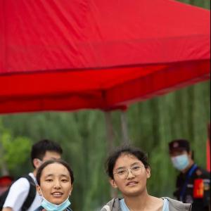江苏常州:高考场外,这些瞬间,让人看着哭了,却又笑了