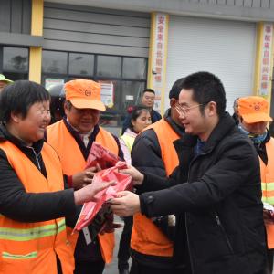 微爱传递正能量——常州爱心商家向200名环卫工人赠送皮手套和围巾
